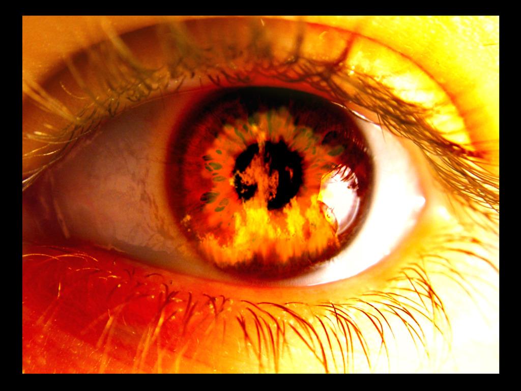 Un ojo viendo llamas de fuego
